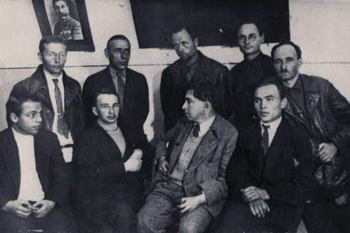 В редакции «Сибирских огней». А.Л. Коптелов крайний справа в нижнем ряду. 1932 г.