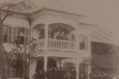Нагасаки. Цесаревич и принц Георг Греческий смотрят с балкона на духовную процессию, устроенную в честь Его высочества