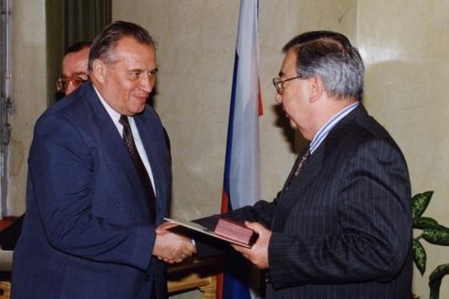 Е.М. Примаков вручает орден «За заслуги перед Отечеством»
