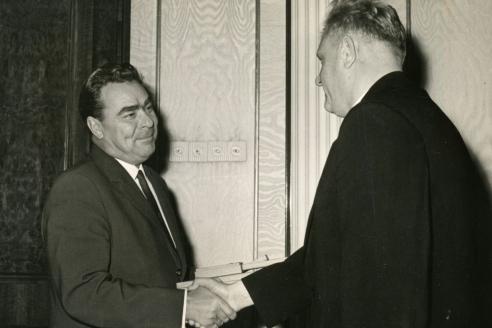 Л.И. Брежнев поздравляет А.С. Полякова со званием Героя Социалистического Труда. 1962 г.