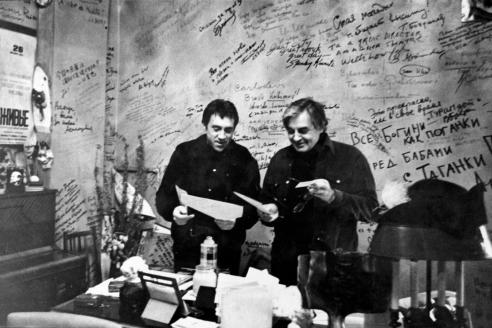 Юрий Любимов и Владимир Высоцкий в знаменитом кабинете. 1970-е гг.
