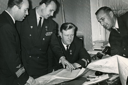 Лётчики прокладывают новый маршрут. В центре слева Б.С. Осипов, в центре справа – А.С. Поляков