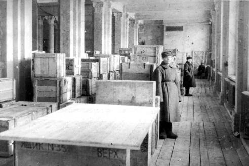 Музейное хранилище филиала Государственной Третьяковской галереи в Оперном театре Новосибирска. 1942 г.