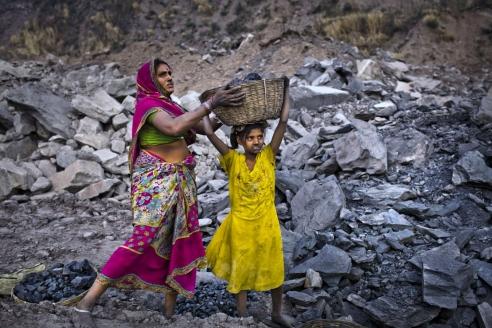 Добыча угля в Индии в незаконной шахте в посёлке Джина Гора. Месторождение Джхария. Индия