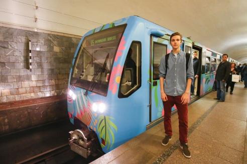 На Арбатско-Покровской линии метро запущен уникальный поезд. Его оформление выполнено по эскизу пассажира – 17-летнего В. Потетюрина, победившего в конкурсе «Краски метро»