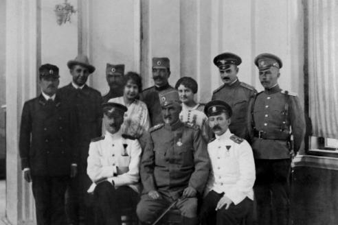 В середине сидит сербский генерал Михайло Живкович, возглавлявший штаб обороны Белграда. Справа от него старший лейтенант В.А. Григоренко, слева старший лейтенант Ю.Ф. Волковицкий