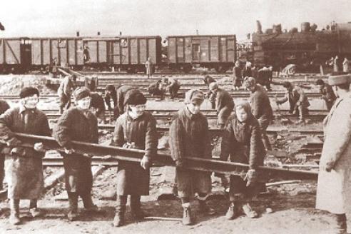 Замена рельсов женской бригадой. 1943 г.