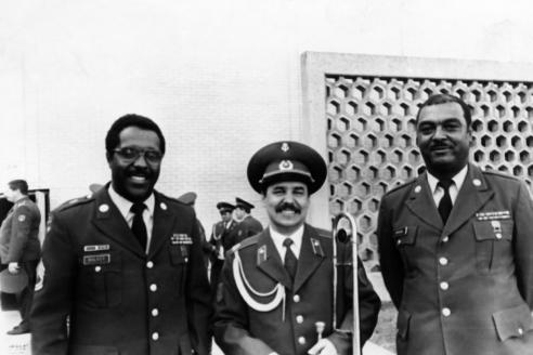 В.Г. Лебедев с тромбонистами местного военного духового оркестра США. Орландо. 1990 г.
