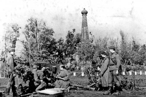 Артиллерийский расчёт в Лопатинском саду (на заднем плане — памятник защитникам Смоленска 1812 г.)