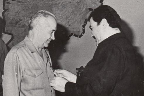 Вручение медали президентом М. Наджибуллой. 1989 г.