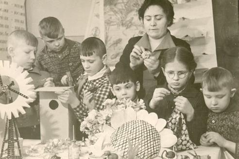 Подготовка к 8 Марта в детском саду. Шпицберген. 1965 г.