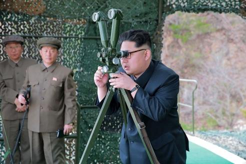 Ким Чен Ын наблюдает за испытаниями баллистической ракеты
