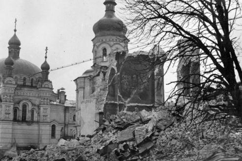 Руины взорванного немцами Успенского собора в Киево-Печерской лавре. 1941 г.