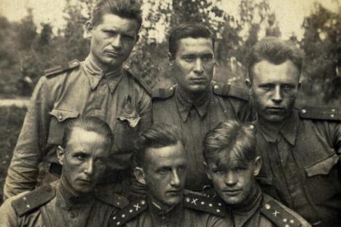 Капитан Виктор Альтшуль (сын матроса Железняка) в первом ряду в центре. 1943 г.