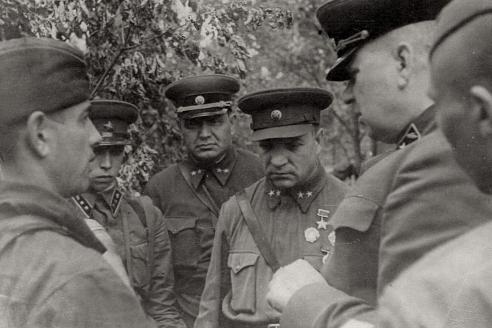 Командарм А. Лизюков и военный комиссар 5-й танковой армии Г. Туманян в боях под Воронежем.1942 г.