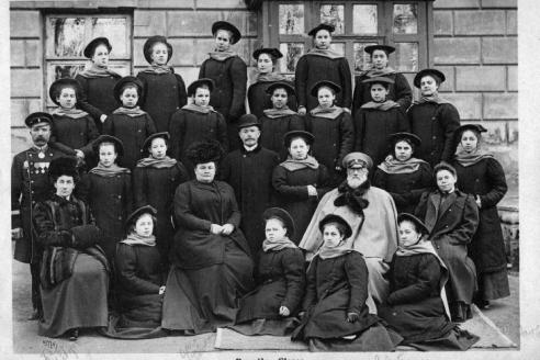 О.М. Весёлкина, глава Александровского женского института, с воспитанницами. 1910–1911 гг.