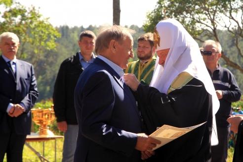 Патриарх Московский и Всея Руси Кирилл вручает церковную награду В. Богуслаеву на о. Валаам