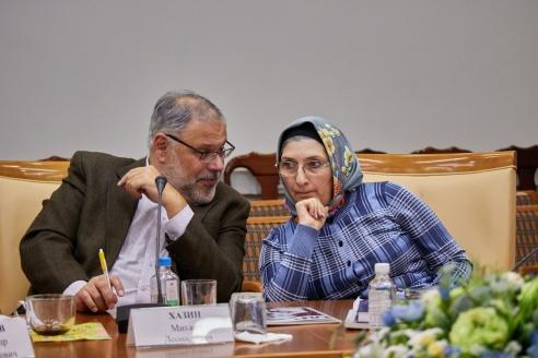 Вице-президент Международного института соц. и эконом. исследований М.Л. Хазин и старший научный сотрудник РИСИ Г.А.Хизриева, 1 ноября 2017 года