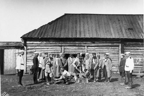 Заковка ссыльно-каторжных в кандалы. 1891 г.