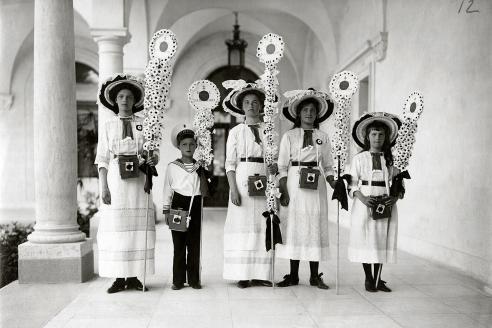 Великие княжны с братом Алексеем на традиционном благотворительном празднике «Белый Цветок». 1912 г.