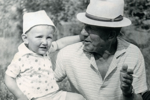 Яков Степанов с внуком. 1968 г.