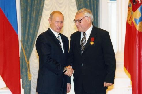 Президент Российской Федерации В.В. Путин награждает академика Г.С. Голицына