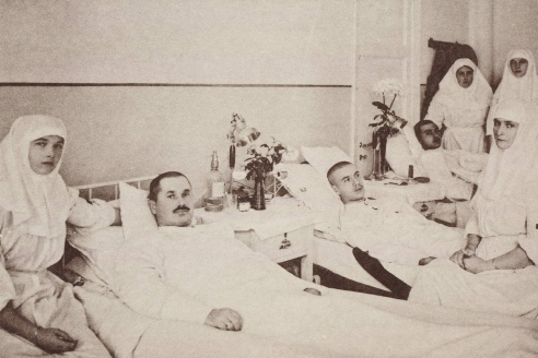 Императирица Александра Федоровна с дочерью Татьяной и медперсоналом в палате с солдатами