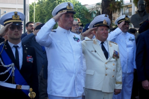 На церемрнии врзложения венков к памятнику российским морякам русским морякам в Мессине