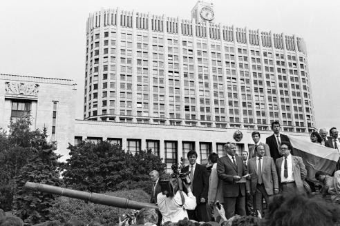 Президент РСФСР Б. Ельцин во время выступления у здания Совета министров РСФСР 19 августа 1991 года