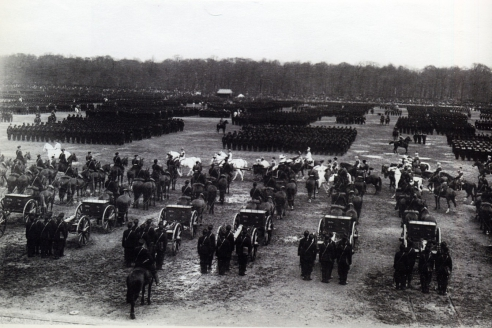 Император Николай II в сопровождении Свиты и Командования объезжает батареи 2-й Лейб-Гвардии Артиллерийской Бригады во время парада на Марсовом поле. Санкт-Петербург. 2 мая 1903 г.