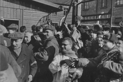 Заключённые концлагеря Освенцим приветствуют своих освободителей – солдат Красной армии. 1945 г.