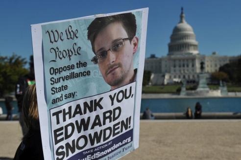 Экс-сотрудник американских спецслужб Э. Сноуден обнародовал информацию о тотальной слежке за информационными коммуникациями между гражданами многих государств по всему миру при помощи информационных сетей и сетей связи