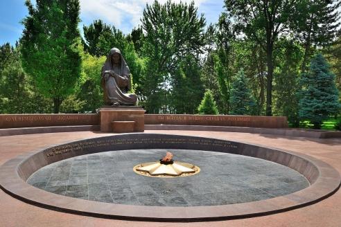 Монумент «Скорбящей матери» на площади Мустакиллик. Ташкент