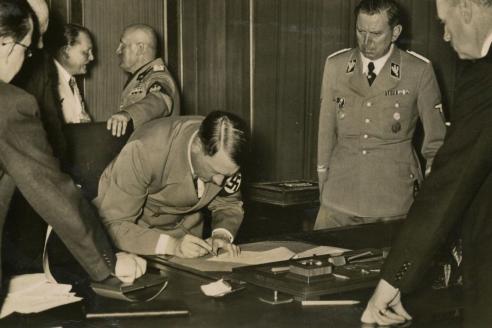 А. Чемберлен, Э. Даладье, А. Гитлер, Б. Муссолини и Г. Чиано во время подписания Мюнхенского соглашения. 1938 г. приняли так называемый «план Марбурга», в котором дава- лась следующая установка: «Власть – это товар, пусть и самый дорогой. Поэтому мировая власть должна принад- лежать международным финансистам». То есть формиро- вался мировой финансовый интернационал. Правда, ряд за- падных исследователей считает эту касту националистами, следуя известной формуле идеолога германского нацизма Альфреда Розенбер