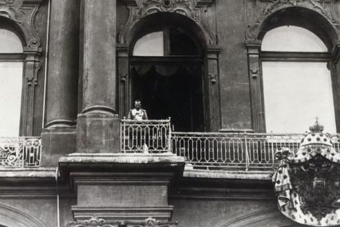 Николай II объявляет о начале войны с Германией с балкона Зимнего дворца. 1914 г.