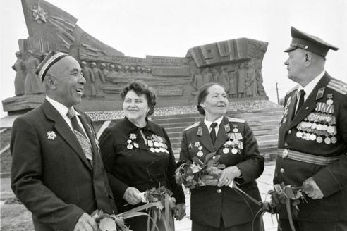 Ветераны Великой Отечественной войны у мемориала, посвященного воинам 94-ой узбекской отдельной стрелковой бригады