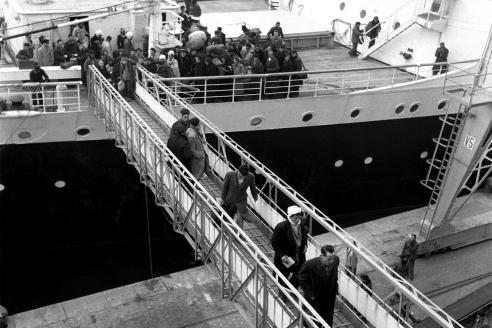 Первые поколения мигрантов. Корабль в бухте Марселя. 1955 г.