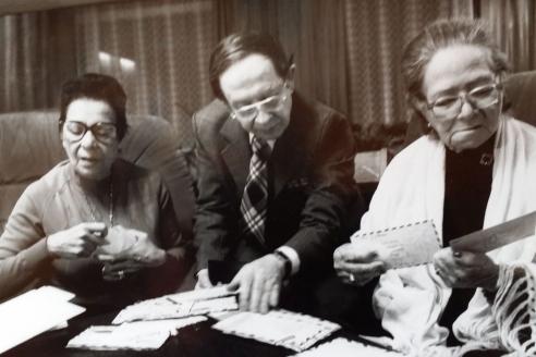 Писатель В.Томин знакомит Каридад и Хеохину с отзывами радиослушателей на программе об Энрике