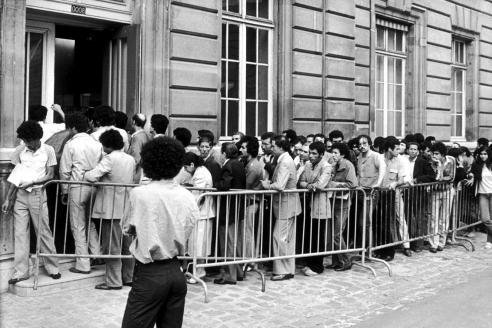 Очередь из нелегальных мигрантов у полицейского участка в 1981 г., когда был принят закон, дающий им вид на жительство и право на законное трудоустройство во Франции