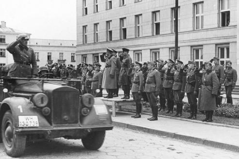 Генерал Г. Гудериан и комбриг С.М. Кривошеин во время передачи города Брест-Литовска частям Красной Армии. 22 сентября 1939 г.