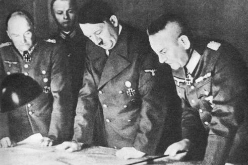 А. Гитлер подписывает основную директиву № 21 («План Барбаросса»), которая предусматривает молниеносный разгром основных сил Красной армии. 18 декабря 1940 г.