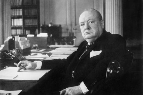 Премьер-министр Великобритании У. Черчилль в рабочем кабинете на Даунинг-стрит