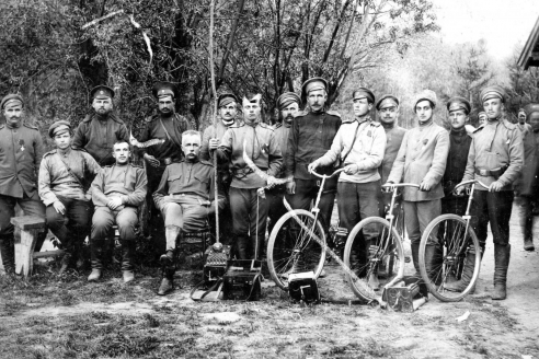 Командир 133-го пехотного полка А.Е. Снесарёв со своей командой связи. 1915 г.