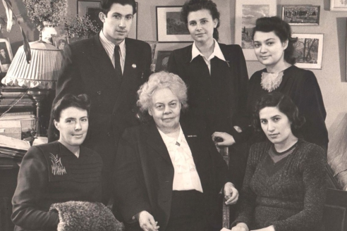 Заслуженный деятель искусств РСФСР, профессор, директор ГМПИ им. Гнесиных Е.Ф. Гнесина со своми дипломниками. 1951 г.