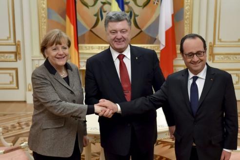 Президент Франции Ф.Олланд, президент Украины П.Порошенко и канцлер Германии А.Меркель во время встречи в Киеве. 2015 г.