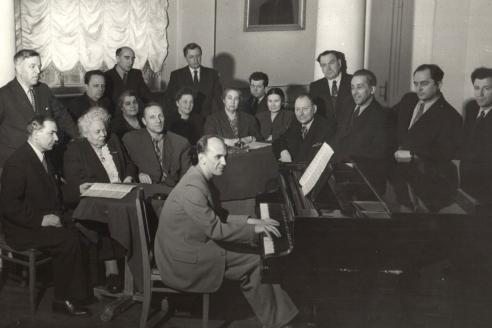 Учёный совет ГМПИ им. Гнесиных, за роялем заслуженный деятель искусств, лауреат Государственной премии, профессор Н.И. Пейко. 1956 г.
