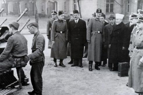 Муфтий Иерусалима Мухаммад Амин аль-Хусейни в компании немецких и боснийск их членов СС. Муфтий был ярым сторонником нацистcкой Германии, встречался с Гитлером и другими фашистcкими лидерами, помог сформировать эсэсовскую дивизию из югославских мусульман-боснийцев