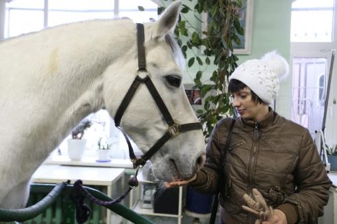 А. Турчанинова и четвероногий «сотрудник полиции» в ветеринарной части