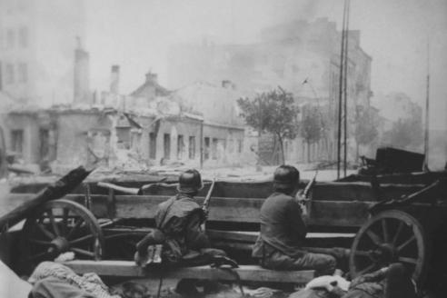 Два солдата зондеркоманды СС «Дирлевангер» на улице Хлодной в восставшей Варшаве у тел убитых повстанцев. Польша. 1944 г.