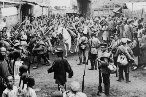 Солдаты Российской империи проходят через ворота г. Мукдена. Маньчжурия. 1905 г.